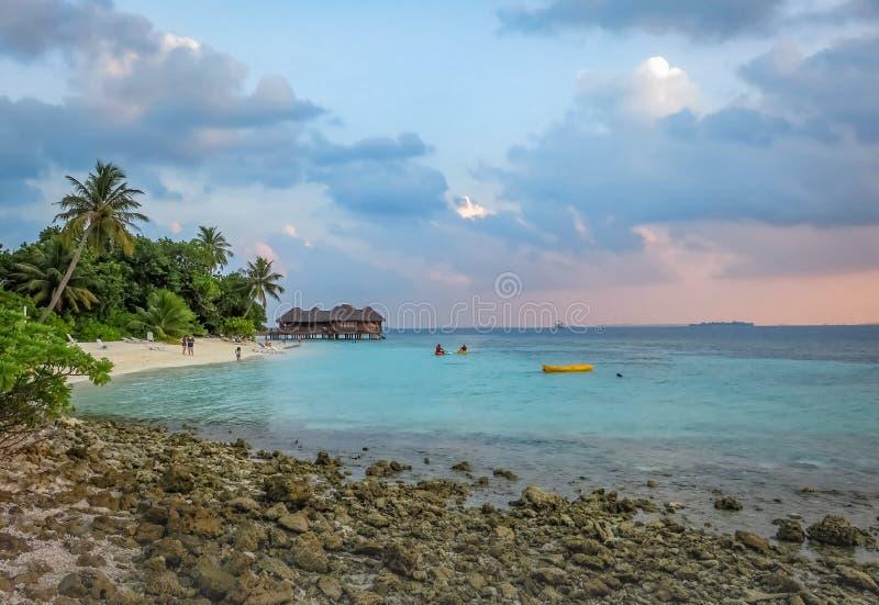 Paisagem de um rochoso tropical bonito e Sandy Beach na ilha de Maldivas foto de stock royalty free