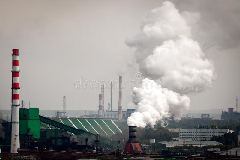 A paisagem de uma cidade industrial enorme fotografia de stock royalty free