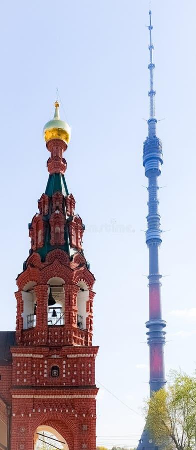 Paisagem de verão da cidade com torre de sinos ortodoxos e torre de televisão Luzes de Moscou: Torre de televisão Ostankino fotos de stock