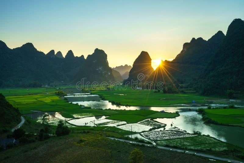 Paisagem de Vietname com campo do arroz, rio, montanha e as baixas nuvens no amanhecer em Trung Khanh, Cao Bang, Vietname imagem de stock royalty free