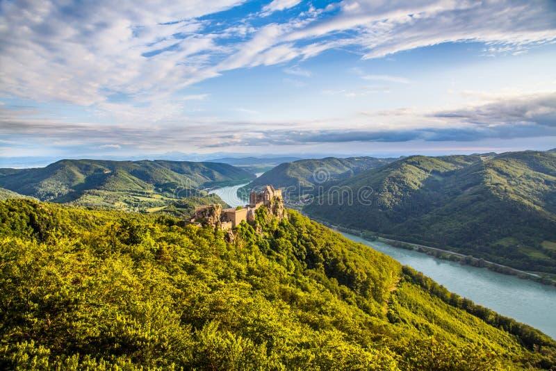 Paisagem de Wachau com ruína do castelo e Danube River no por do sol, Áustria imagem de stock
