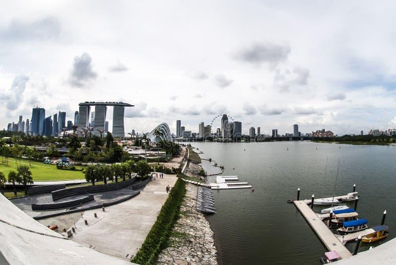 Paisagem disparada de Marina Bay And Eye de Singapura da barragem do porto fotos de stock royalty free