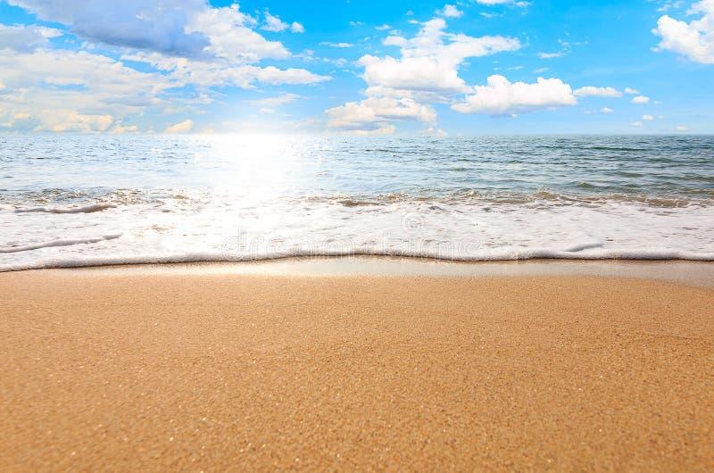 Paisagem do abrandamento do céu da praia do mar imagens de stock