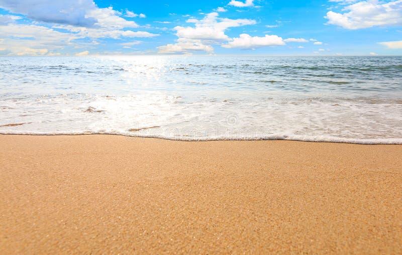 Paisagem do abrandamento do céu da praia do mar fotos de stock