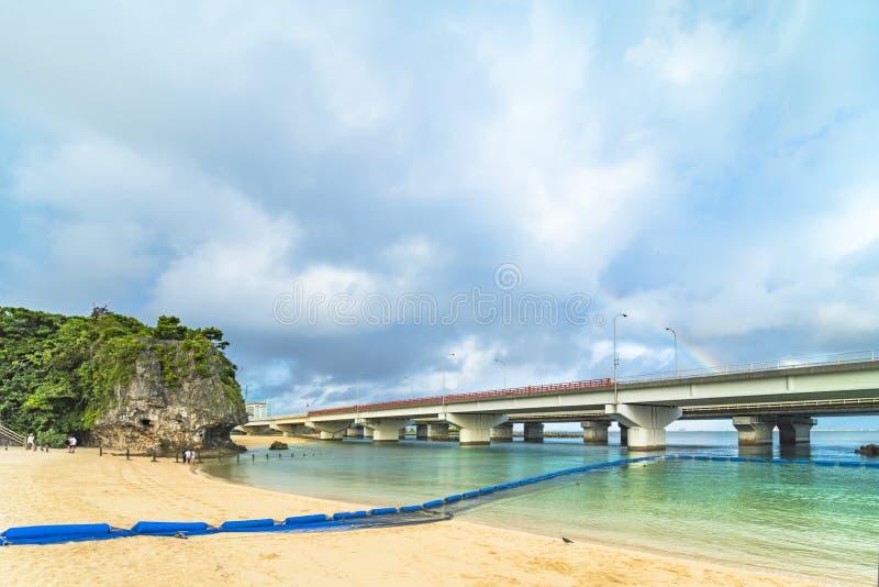 Paisagem do arco-íris do santuário xintoísmo Naminoue na parte superior de um penhasco que negligencia a praia de Naminoue e a po fotografia de stock royalty free