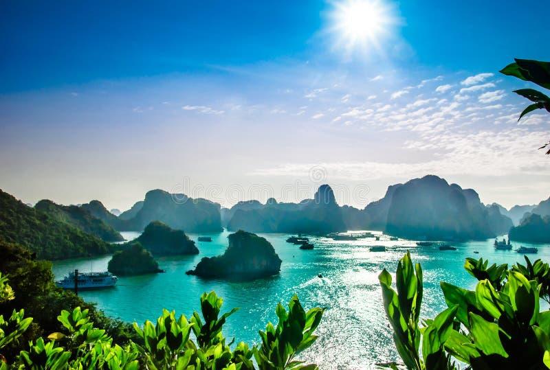 Paisagem do cársico pela baía do halong em Vietname imagens de stock royalty free
