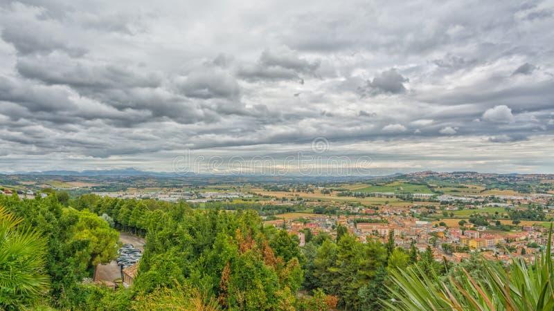 Paisagem do campo dos marços em Itália Vista do terraço do santuário da casa santamente da cidade de Loreto foto de stock royalty free