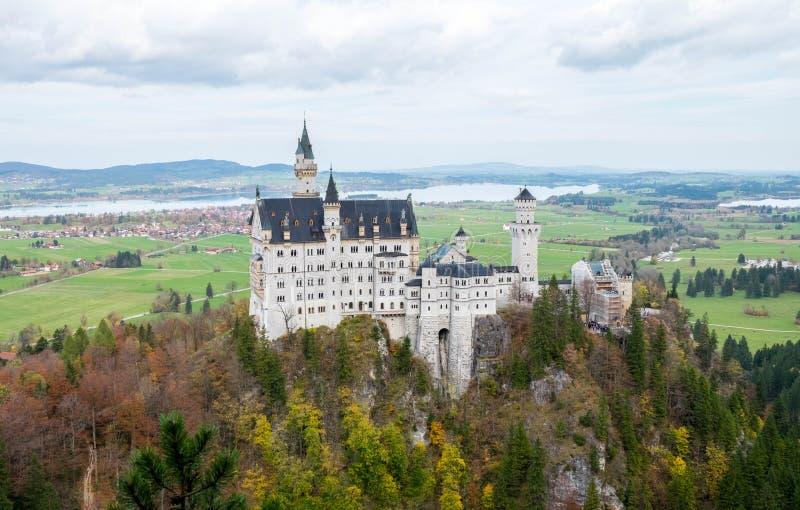 Paisagem do castelo bonito famoso de Neuschwanstein foto de stock