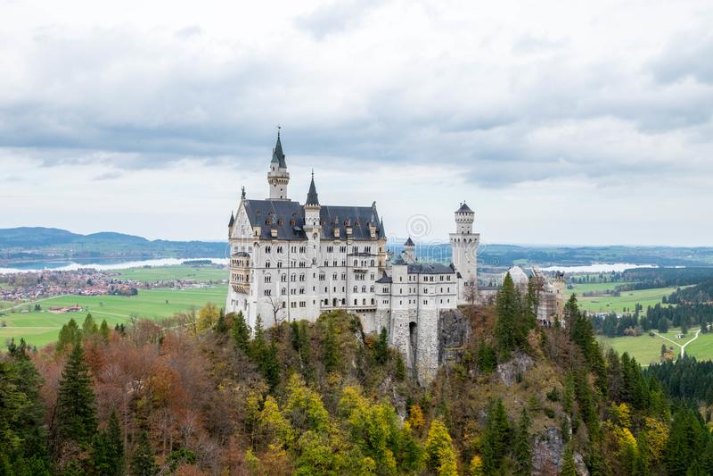 Paisagem do castelo bonito famoso de Neuschwanstein fotos de stock