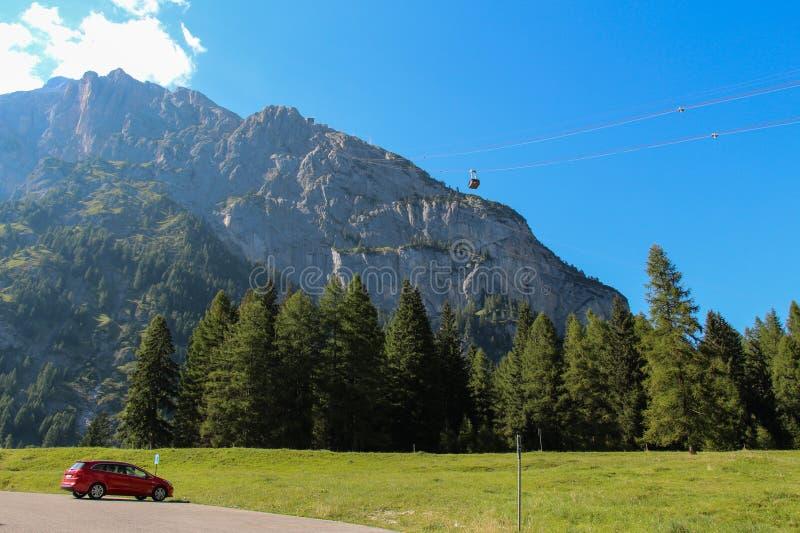 Paisagem do cenário com floresta, o maciço e o teleférico verdes Malga Ciapela, Vêneto, Itália fotos de stock