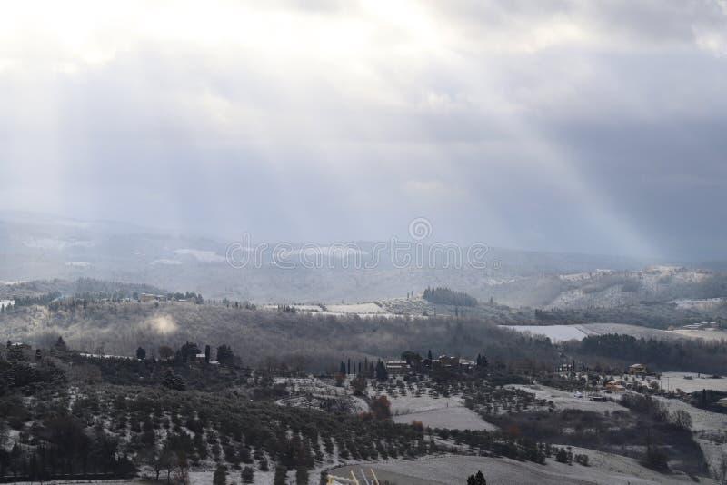 A paisagem do Chianti nos montes Tuscan após uma queda de neve do inverno, Itália fotos de stock royalty free