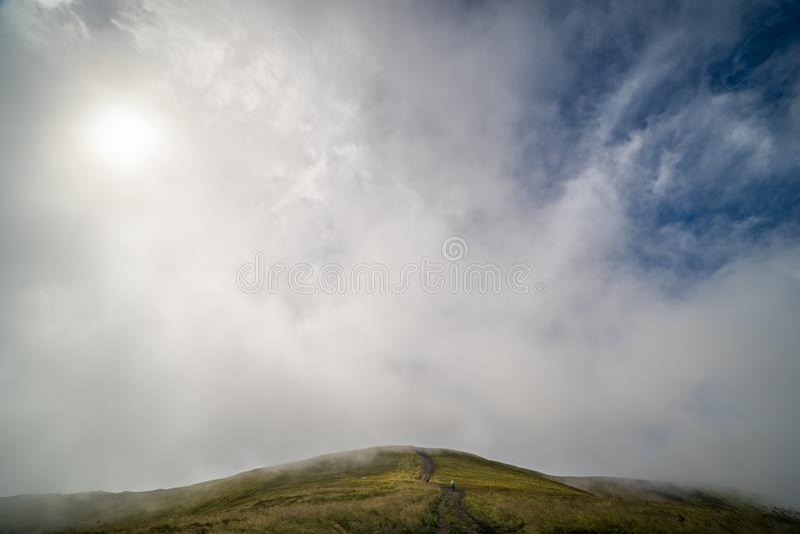 Paisagem do cume de Borzhava das montanhas Carpathian ucranianas Nuvens acima de Carpathians fotos de stock
