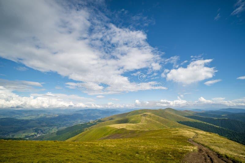 Paisagem do cume de Borzhava das montanhas Carpathian ucranianas Nuvens acima de Carpathians imagem de stock