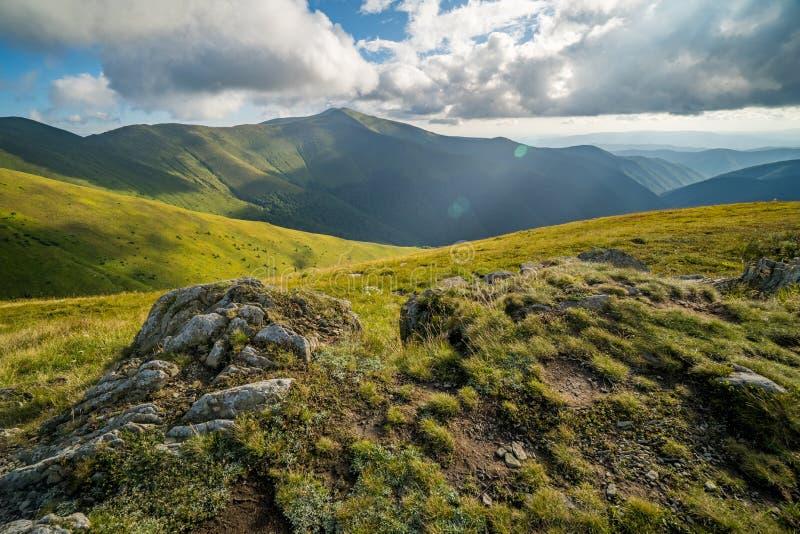 Paisagem do cume de Borzhava das montanhas Carpathian ucranianas Nuvens acima de Carpathians fotos de stock royalty free
