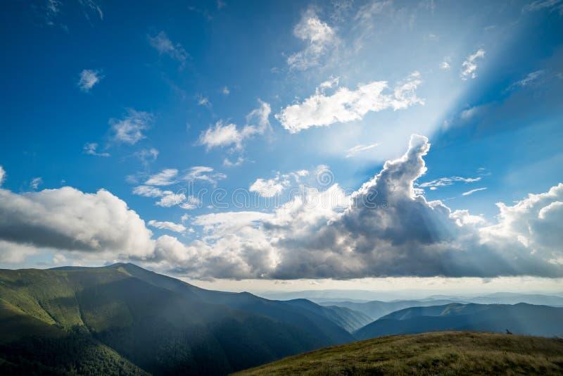 Paisagem do cume de Borzhava das montanhas Carpathian ucranianas Nuvens acima de Carpathians imagem de stock royalty free