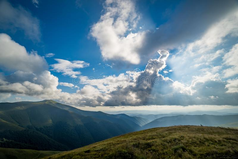 Paisagem do cume de Borzhava das montanhas Carpathian ucranianas Nuvens acima de Carpathians fotografia de stock royalty free