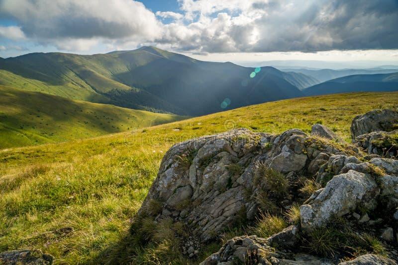 Paisagem do cume de Borzhava das montanhas Carpathian ucranianas Nuvens acima de Carpathians imagens de stock royalty free
