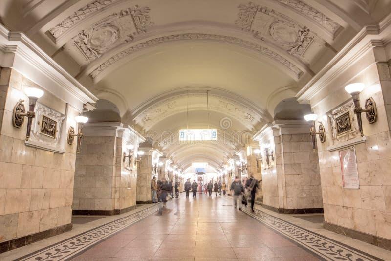 Paisagem do interior bonito na estação de metro em Moscou imagens de stock royalty free