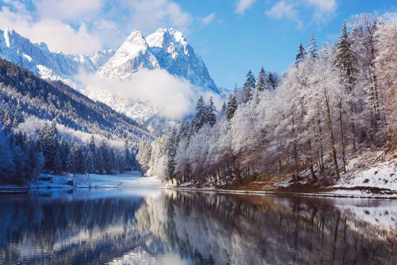 Paisagem do inverno com lago e reflexão fotos de stock royalty free