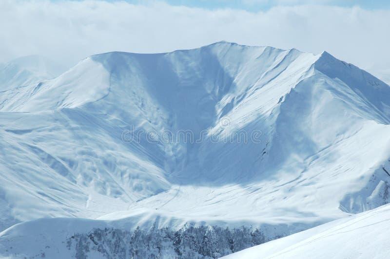 Paisagem do inverno com montanha fotografia de stock royalty free