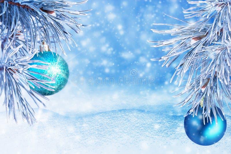 Paisagem do inverno com neve Fundo do Natal com ramo do abeto e bola do Natal Feliz Natal e ano novo feliz Ca de cumprimento fotografia de stock