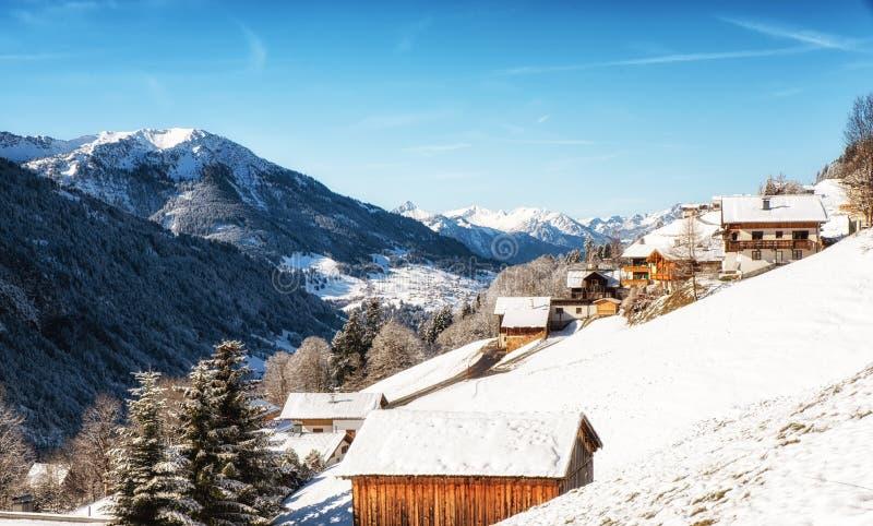 Paisagem do inverno com o alojamento do esqui na área austríaca de Vorarlberg dos cumes fotografia de stock