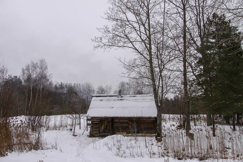Paisagem do inverno com o bathhouse rural velho fotografia de stock royalty free