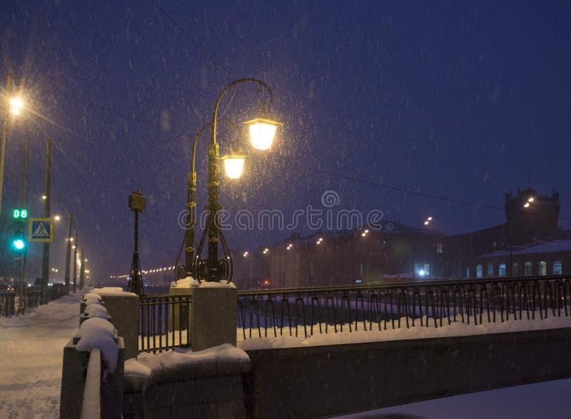 Paisagem do inverno da noite na cidade de surpresa fotos de stock royalty free