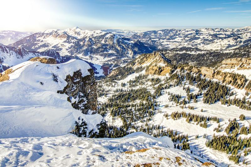 Paisagem do inverno das montanhas da neve no dia ensolarado Ifen, Baviera, Alemanha fotos de stock royalty free