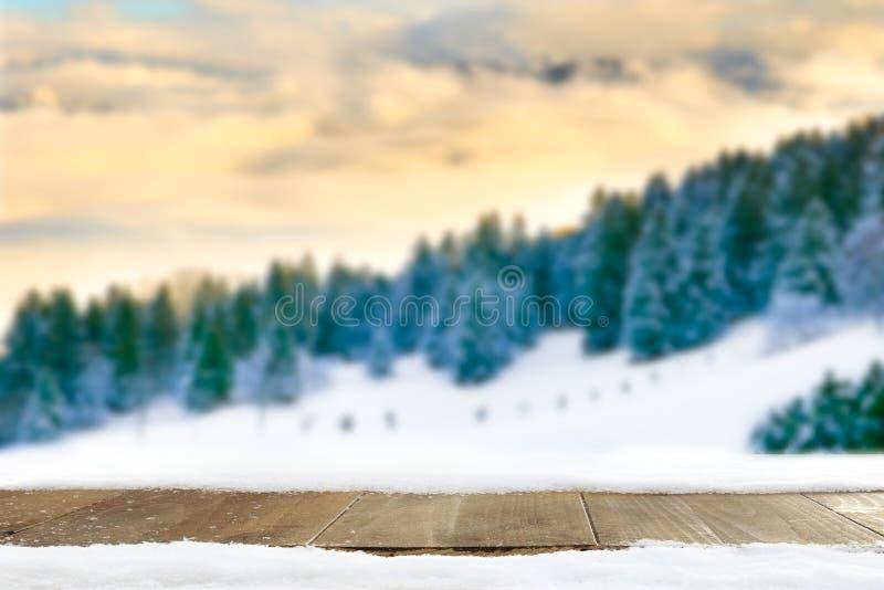 Paisagem do inverno das montanhas e da tabela velha de madeira com neve fotografia de stock