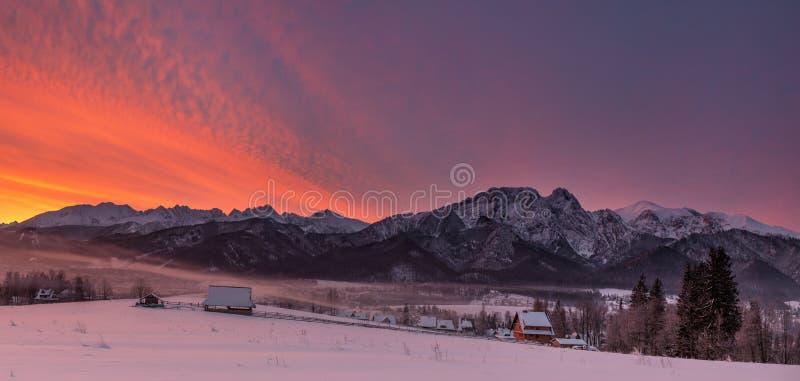 Paisagem do inverno de montanhas de Tatra do Polônia & de pico de Giewont Parte superior polonesa famosa de Ski Resort Zakopane F imagem de stock