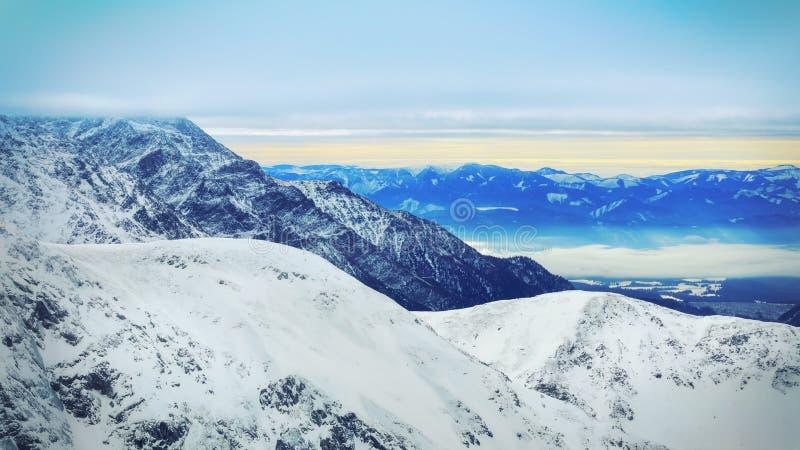 Paisagem do inverno de montanhas nevado altas foto de stock