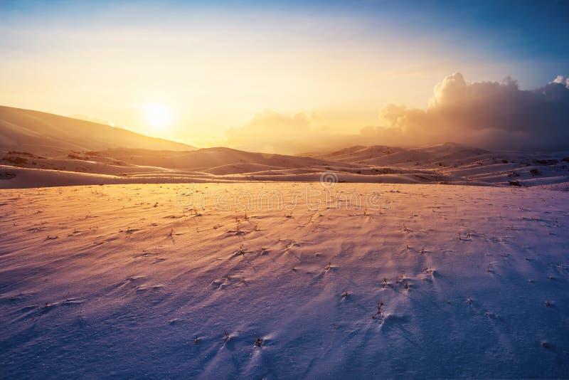Paisagem do inverno do por do sol fotos de stock royalty free