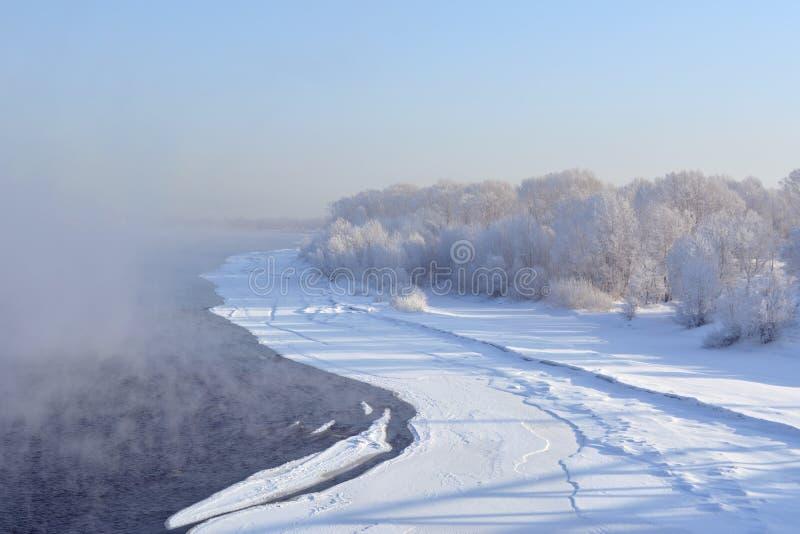 Paisagem do inverno em Sibéria O rio não se congela e acima dele não se aumenta o vapor imagem de stock