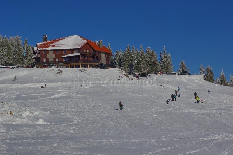 Paisagem do inverno nas montanhas com casa de hóspedes fotos de stock