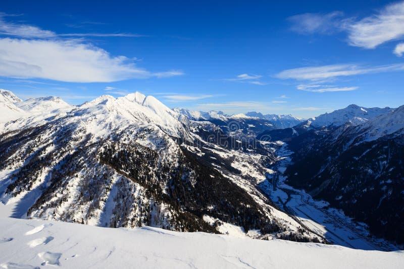 Paisagem do inverno nos cumes de Lepontine fotografia de stock royalty free