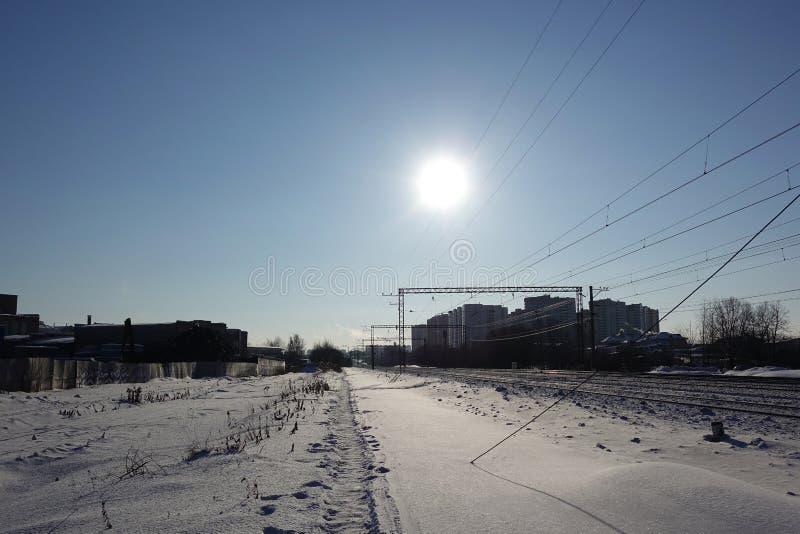 Paisagem do inverno O baixo sol frio ilumina a estrada de ferro coberto de neve Rússia Região de Moscovo imagem de stock royalty free