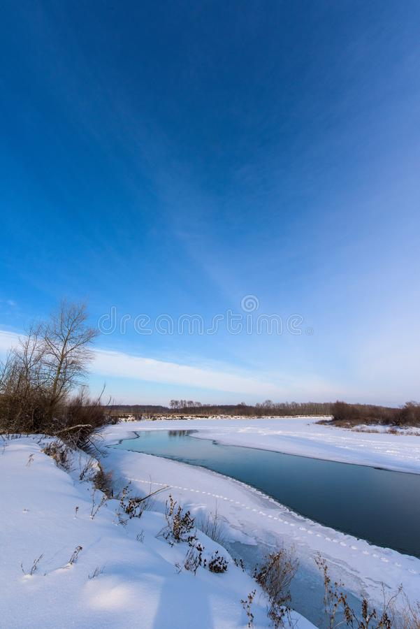 Paisagem do inverno o rio não se congelou completamente panorama do céu e do rio Quadro vertical imagem de stock royalty free