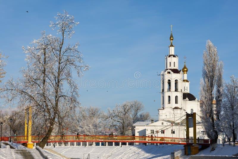 Paisagem do inverno: Ponte de suspensão e igreja do esmagamento fotografia de stock royalty free