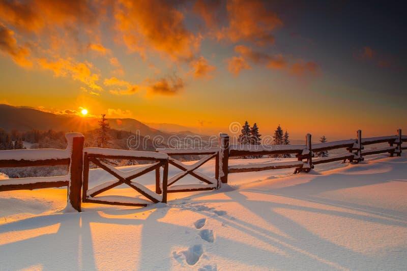 Paisagem do inverno do por do sol em montanhas polonesas do beskid imagens de stock royalty free