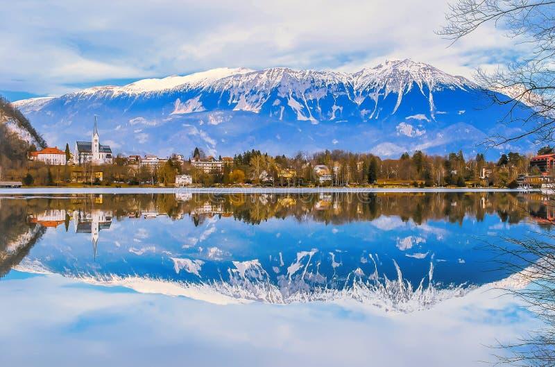Paisagem do inverno, reflexão do lago e montanhas com o céu azul bonito foto de stock