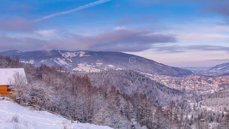 Paisagem do inverno - vista superior do vale nevado da montanha foto de stock royalty free