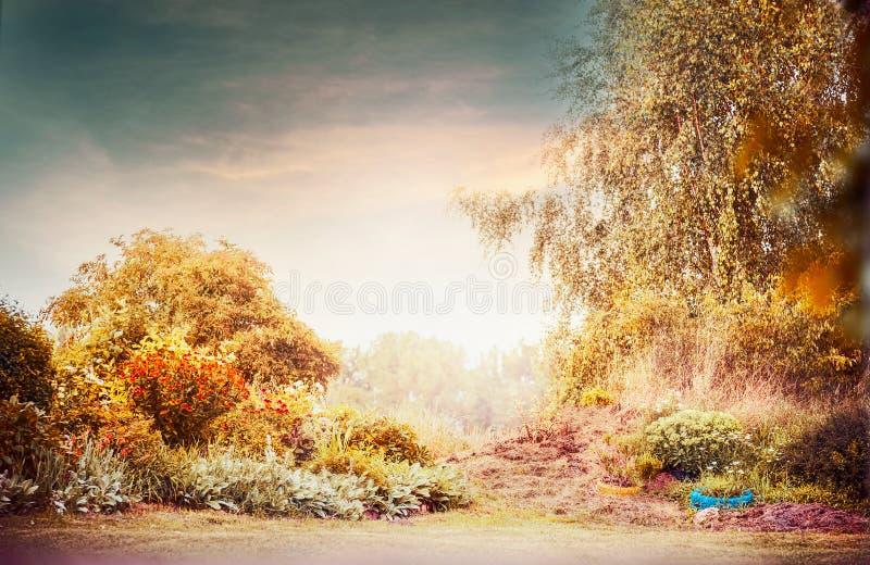 Paisagem do jardim do outono com céu bonito fotos de stock