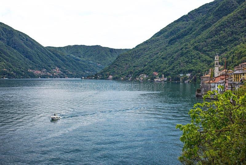 Paisagem do lago Como Vilas, árvores, água e montanhas Italy foto de stock royalty free