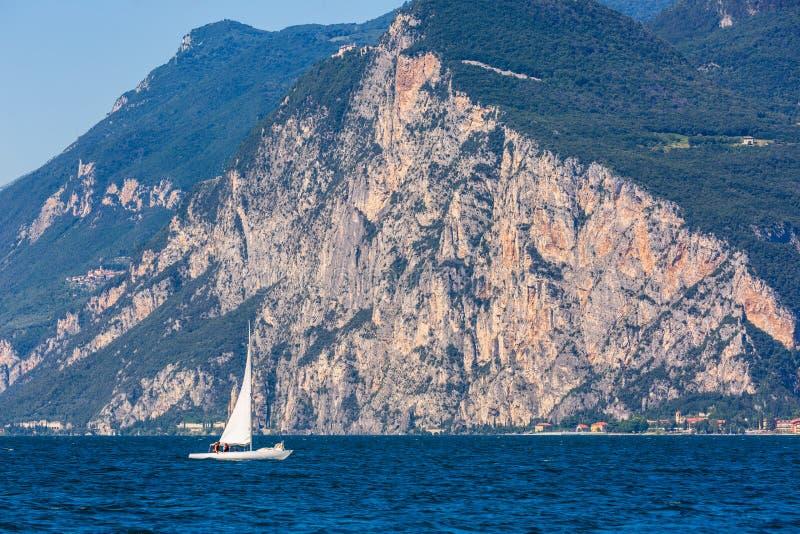 Paisagem do lago Garda com montanhas e o iate foto de stock royalty free