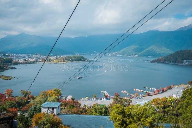 Paisagem do lago Kawaguchiko na estação do outono Vista do teleférico em Japão fotografia de stock