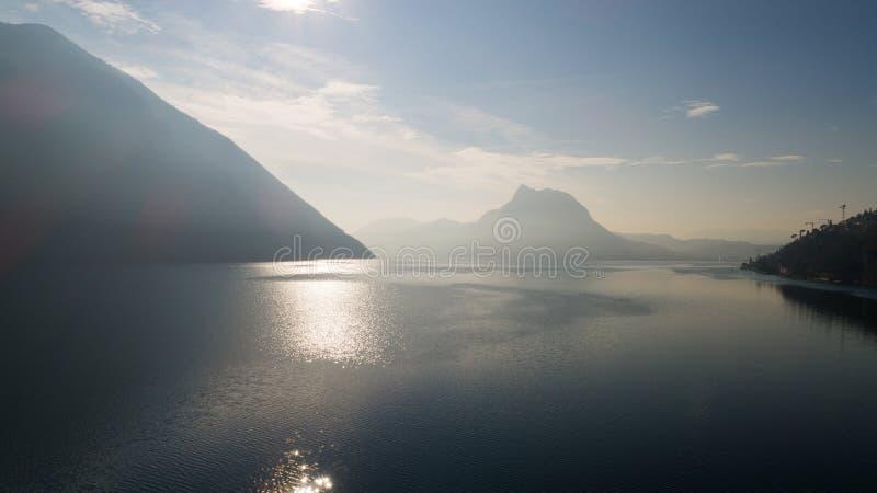 Paisagem do lago Lugano, névoa fotos de stock royalty free