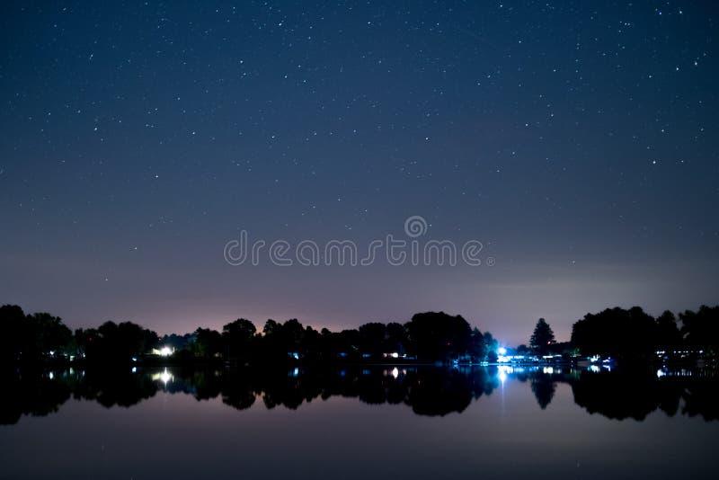 Paisagem do lago na noite, céu bonito das estrelas foto de stock