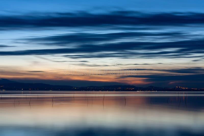 A paisagem do lago no por do sol fotografia de stock royalty free