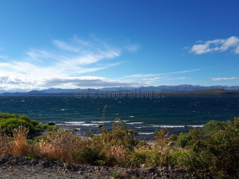 Paisagem do lago perto dos Andes, o Chile fotos de stock